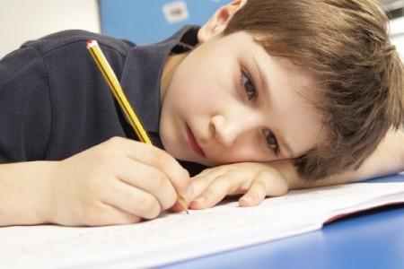 niño-aburrido-con-deberes